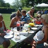 Familien spiste medbragt frokost og pølser til grillen.