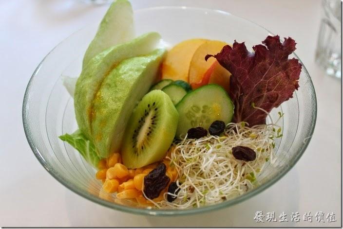 台南-看見咖啡(Vedere)早午餐。經典早午餐的水果沙拉,有芭樂、奇異果、玉米、牛番茄、生菜、苜蓿芽、葡萄乾,使用優格醬。