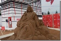 Скульптура Иисуса с кукишем