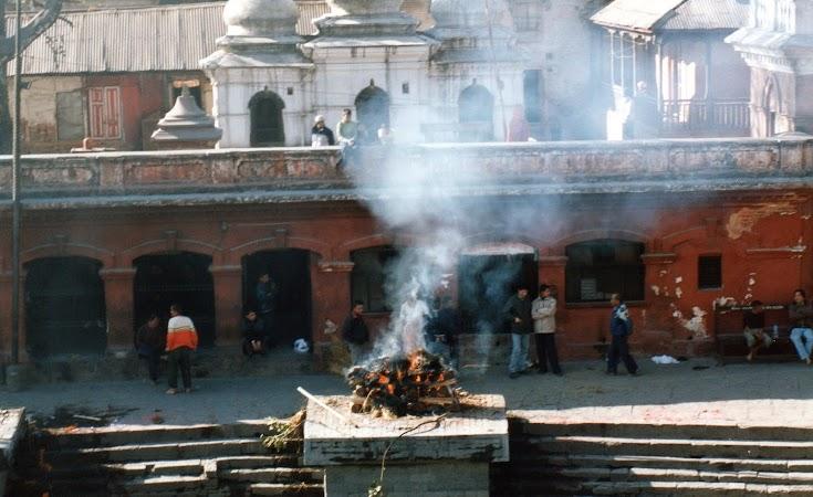 Imagini Nepal: incinerare la Pashupatinath.jpg