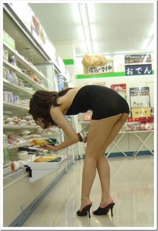Garota com um mini vestido no supermercado (1)