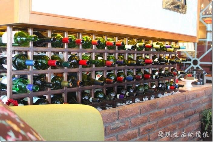台南-瑪莉洋房(Marie's House)在餐廳的入口處有個葡萄酒的酒櫃,巧妙的把餐廳內的客人隔開,讓彼此不會互相干擾。