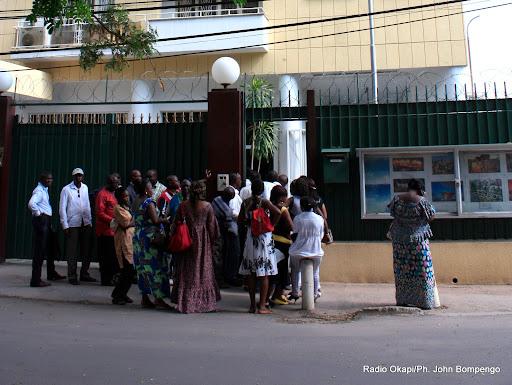 Demandeurs de visas à l'ambassade de Chine à Kinshasa. Radio Okapi/Ph. John Bompengo