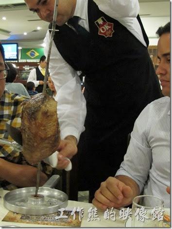 巴西窯烤OK-Grill。老實說我搞不太懂是哪個部位的肉好吃,同事介紹我就試看看,因為有時後切下來很大一塊,所以大多跟同事合吃一塊肉。當服務生把肉切下來時,記得拿起一旁的夾子夾住,因為服務生已經沒有手再幫你服務了,你得自己動手把肉夾道自己的盤子內,免得整塊肉掉下來。