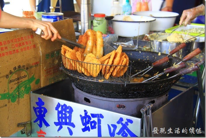 台南東興蚵嗲總共有兩個油鍋,一個專門炸蚵嗲以外的炸物,如花枝、甜芋派、番薯、鹹粿...等。