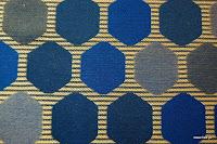 Tkanina ozdobna w geometryczne wzory. Na zasłony, poduszki, narzuty, dekoracje. Granatowa.