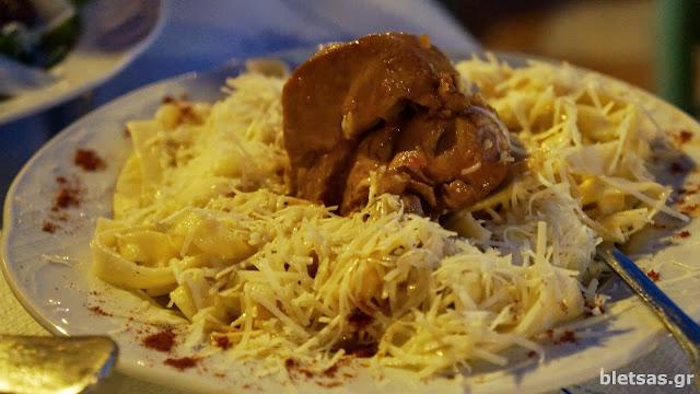 Ζυμαρικά με κόκκορα στην ταβέρνα Ρούσσικο στα Θυμιανά της Χίου