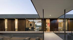 Fachada-de-diseño-minimalista-hormigon-madera