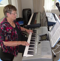 Barbara McNab getting proceedings going with some great playing on the Yamaha PSR-910