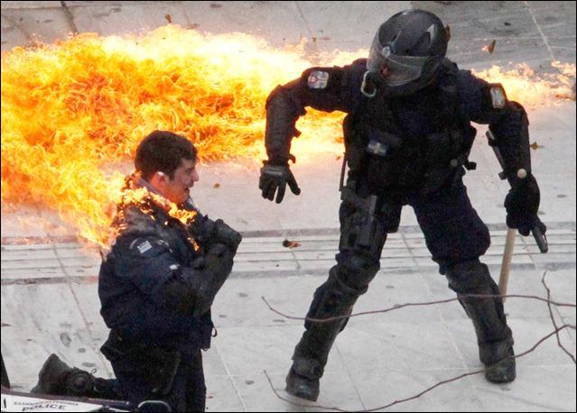 polícia grego em chamas