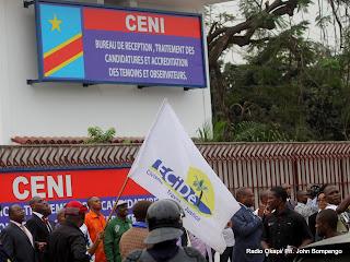 Des opposants et des journalistes le 5/9/2011 à Kinshasa, lors du dépôt de la candidature d'Etienne Tshisekedi pour la présidentielle 2011, devant le bureau de réception, traitement des candidatures et accréditation des témoins et observateurs de la Ceni à Kinshasa. Radio Okapi/ Ph. John Bompengo