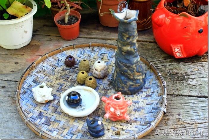 台南-花貓在顧的店。看別的網友說這些桌子上的小陶藝也是販賣品,50或100就隨客人高興給。