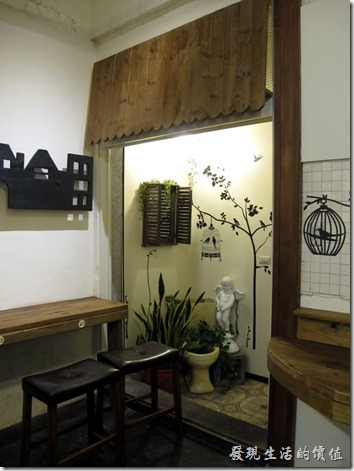 台南-D.D.HOUSE義大利麵。D.D.HOUSE餐廳後半部的景色,大量使用陰影、貼紙,營造氣氛。