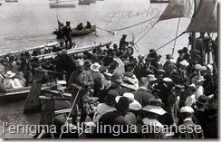 La buona società di Durazzo si imbarca sulle lance della Marina italiana per festeggiare all'arrivo i Principi di Wied.