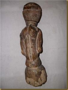 Patung pria primitif - punggung