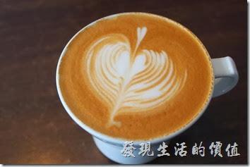 台南-綠帕克咖啡館。這杯是熱拿鐵咖啡,也拉出了一個心型的花,雖然也不錯喝,不過這杯拿鐵跟卡布比起來就稍苦了一點。
