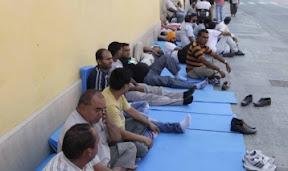 I facchini sdraiati o seduti sui moduli davanti alla sede della Provincia