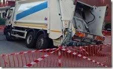 Un compattatore dei rifiuti nella voragine di via Campanile