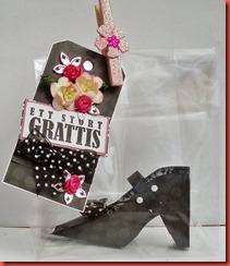 Svart sko, tag, klädnypa (6)