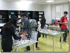同學仔細挑選書展圖書