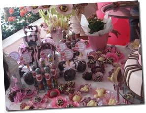 mesa marrom e rosa