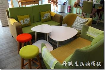 台南-小莫里。【Komori】餐廳的內座位分成沙發與木頭椅子兩種。