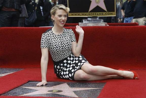 Atriz Scarlett Johansson ganha estrela na calçada da fama