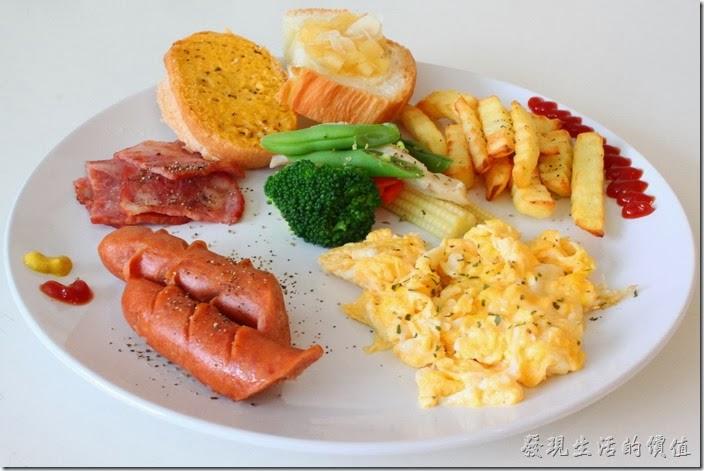 台南-Season_Cafe。這是另一份經典西式拼盤的主食,內容大同小異,惟一的不同是把薯泥換成了薯條而已。薯條吃起來還不錯,可惜已經冷掉了。