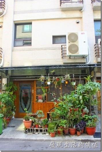 伊莉的店和緯路分店的外觀,是一棟傳統四樓半的透天厝。