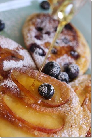 Μπλίνις με φρούτα και σιρόπι