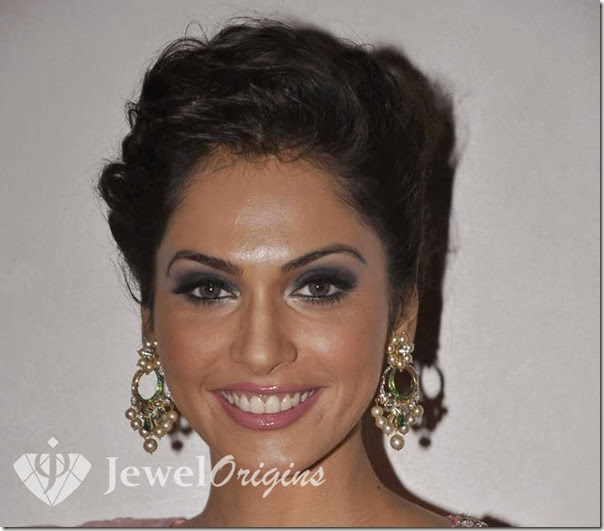 Isha_Koppikar_Gold_Earrings