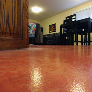 Painted concrete floor in suite. (Foto by Ted Grant)