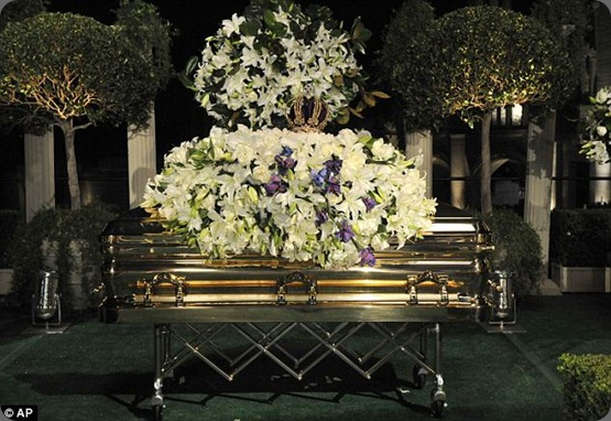 funeral article-1210979-064864B3000005DC-557_634x424 michael jackson's casket spray