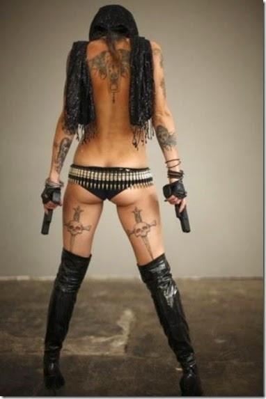 girls-guns-tattoos-016