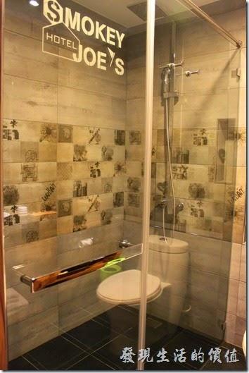 墾丁-冒煙的喬雅客商旅。浴室的牆壁採用水泥色系,上面還噴塗了許多「冒煙的喬」的圖騰。