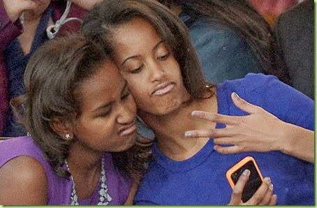 sasha-obama-recital-malia-obama-selfie-gi