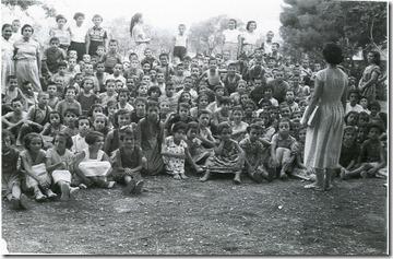 Δεκ του '50 , παιδικές  κατασκηνλωσεις  Γαλαξιδι. Πάνω  αριστ, δεύτερη Μαρία Λατσούδη , με  την  αλογοουρά Τέτα  Καγκάλου , αναγνωρ. ακόμα Γ.Κοράκη , Νούλα Λατσούδη , Θυμ. Ξυλάγγουρα