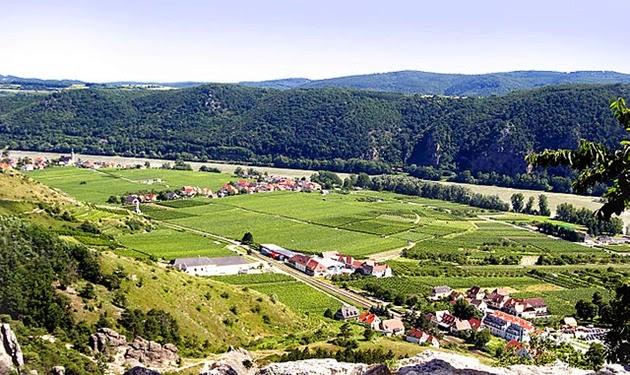 640px-Wachau_Valley_Durnstein