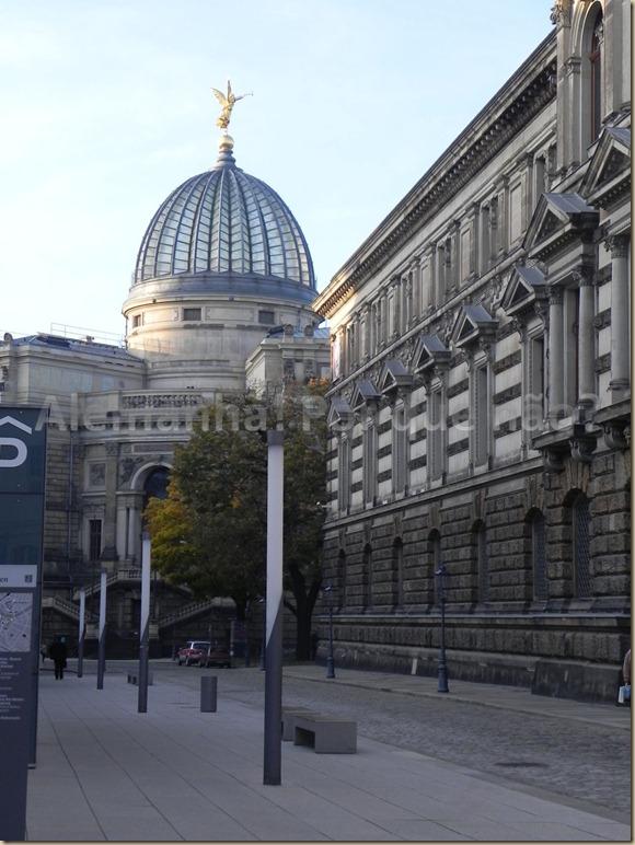 O prédio da Kunstakademie com seu domo estriado Dresden