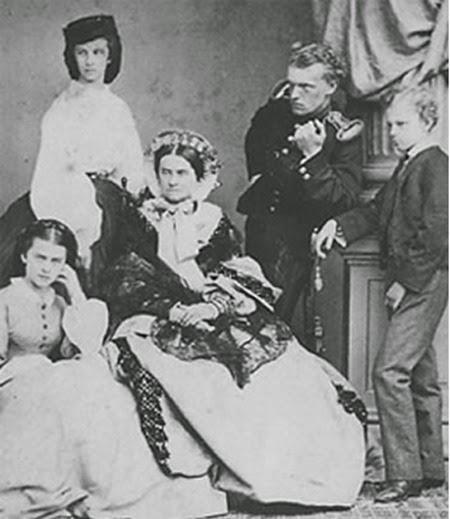 Ludovica di Baviera, madre di Sissi con i figli Matilde, Elena, Carlo Teodoro e Massimiliano Emanuele