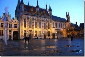 Nuit tombante sur l'Hôtel de Ville ...