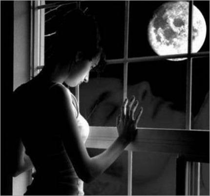 mirando por la ventana luna noche