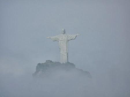 Carnavalul de la Rio:  Asa o sa vedeti Cristo Redendor daca mergeti dimineata pe racoare