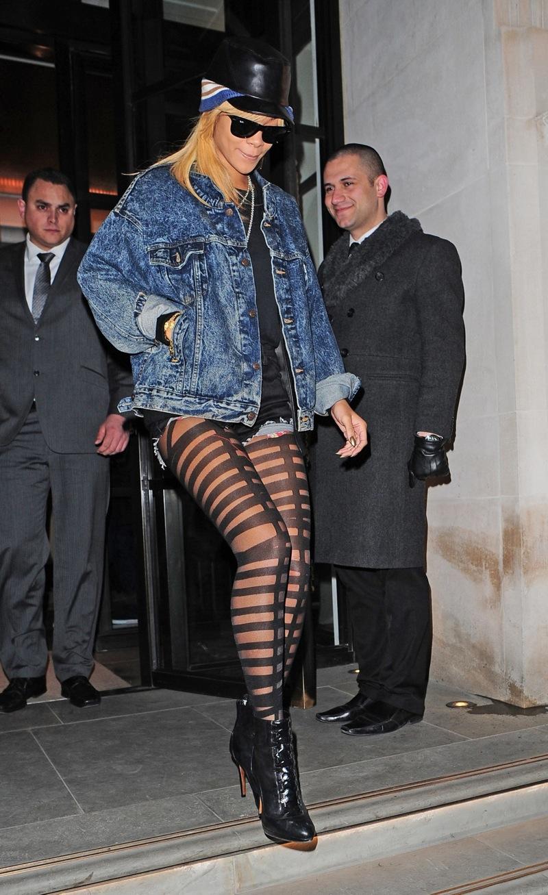 92625 RihannaleavingherhotelfornightoutinLondon19February2012 012 123 464lo