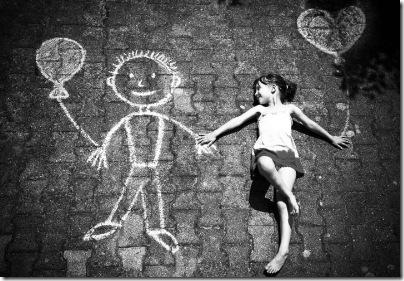 garota namorando um grafite