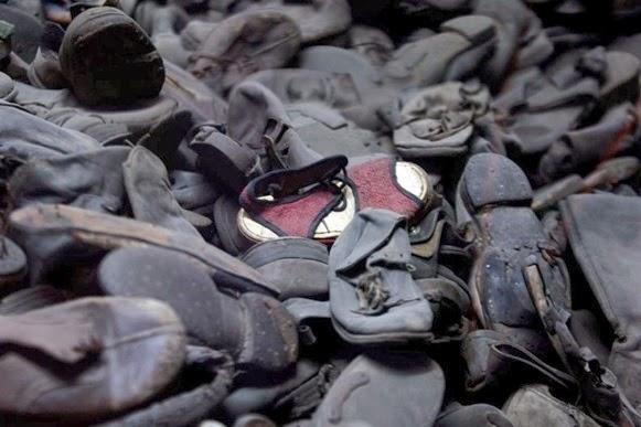 Auschwitz 1, Polonia - Il primo campo di concentramento costruito dalla Germania nazista dove eseguirono i primi esperimenti con lo Zyklon B per uccidere i detenuti, dove uccisero il primo trasporto di Ebrei, dove condussero i primi esperimenti criminali sui prigionieri, dove vennero eseguite la maggior parte delle fucilazioni, dove era situata la prigione principale del Blocco 11 e l'ufficio del comandante -<br />In foto le scarpe.<br />Newfotosud Sergio Siano