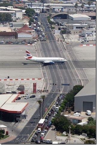 在直布羅陀的機場,飛機還得跟汽車爭道。
