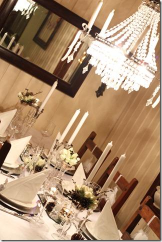 hvitt bord pyntet med sølv, kongler, diamanter og snø  IMG_0766