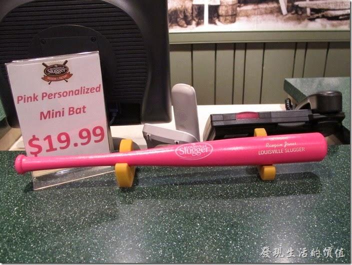 Louisville-slugger。商店內販賣可以客製化的迷你球棒,一根只要US$19.99元,據說每年母親節的時候,球員會拿著粉紅色的球棒打擊,然後將球棒送給自己的母親當母親節禮物。