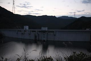 右岸よりダム湖側の堤体を臨む